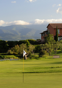 18th hole on Peralada Golf with view to hotel